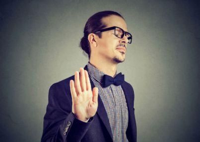 uomo con occhiali annoiato e offeso
