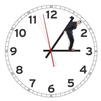 uomo tiene orologio per avere maggiore tempo