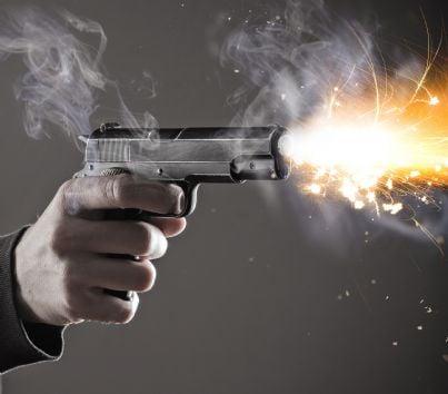 uomo con pistola che spara