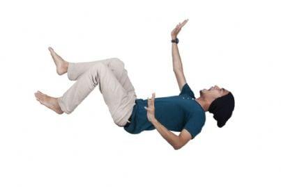 uomo che cade
