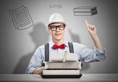 uomo con macchina da scrivere