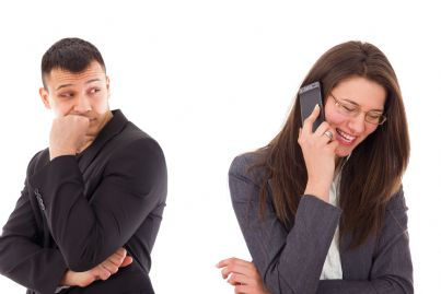 uomo spia la propria donna mentre parla al telefono