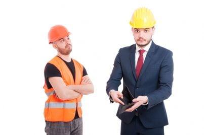 imprenditore paga stipendio lavoratore e mostra portafogli vuoto