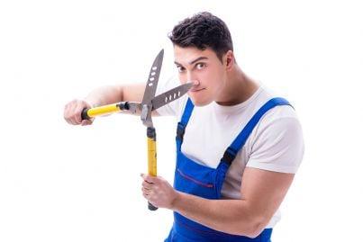 uomo arrabbiato con forbici in mano
