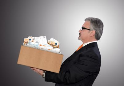 uomo stressato con scatola piena di tasse