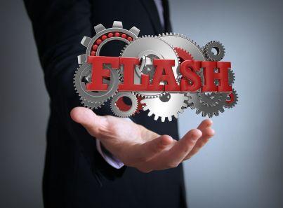 uomo affari che mostra sulla mano parola flash concetto business
