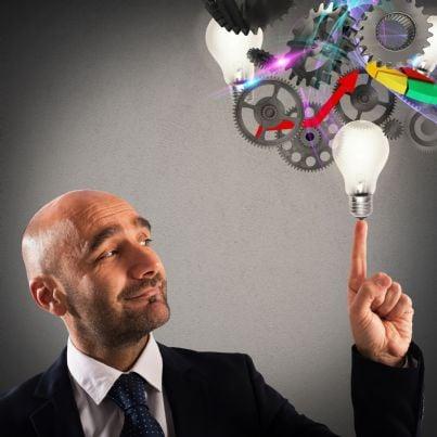 uomo affari che tocca lampadine concetto idea