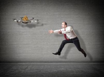 uomo affari rincorre drone con soldi
