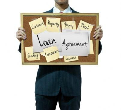 uomo di affari tiene lavagna contenente parole relative a finanziamento