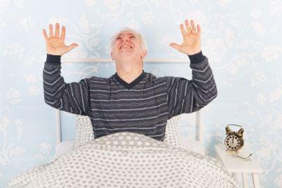 uomo anziano non riesce a dormire per rumore dei vicini di sopra