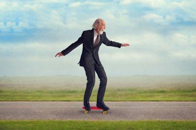 uomo anziano ma arzillo su hoverboard