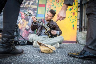uomo che suona per strada