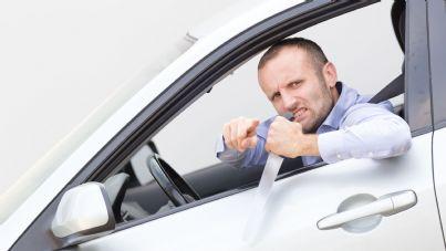 uomo in auto col coltello