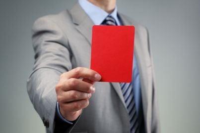 uomo mostra cartellino rosso