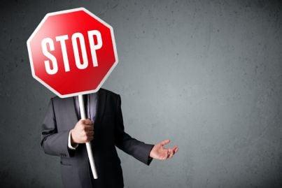 uomo che tiene cartello stradale di stop