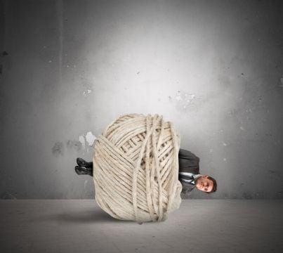 uomo affari legato concetto di crisi mobbing
