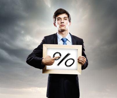 uomo mostra tabella con tasso interesse