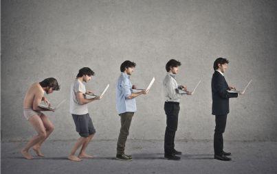 uomini che si evolvono insieme a tecnologia