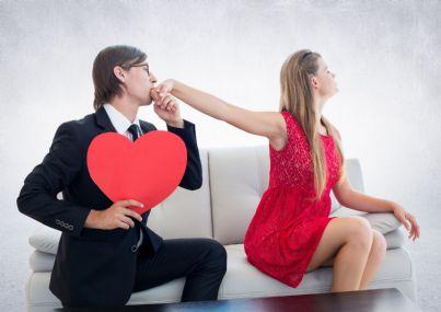 uomo bacia donna sulla mano