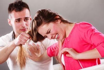uomo che tira i capelli ad una donna