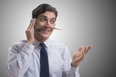 uomo con naso di Pinocchio propone contratto falso al telefono