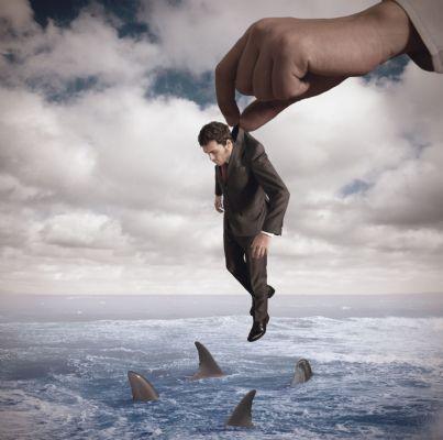 uomo che sta per essere gettato in pasto agli squali evoca fallimento debiti