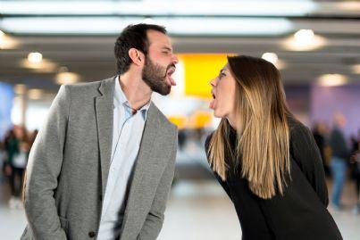 uomo e donna che si fanno la linguaccia