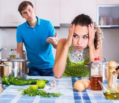 uomo e donna litigano in cucina per dieta