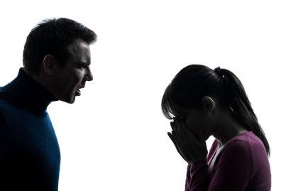 uomo che grida e fa piangere donna