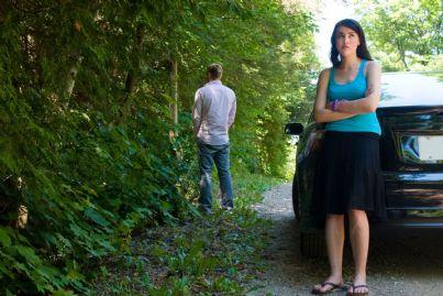 uomo fa pipi in strada mentre donna aspetta