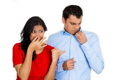 donna che indica uomo che puzza