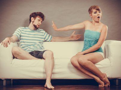 uomo e donna litigano sul divano concetto divorzio