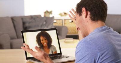 uomo e donna che parlano via skype