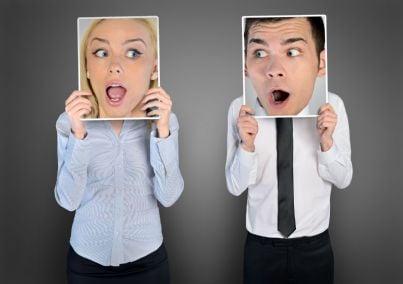 uomo e donna stupiti