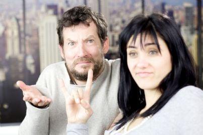 uomo e donna che fa le corna