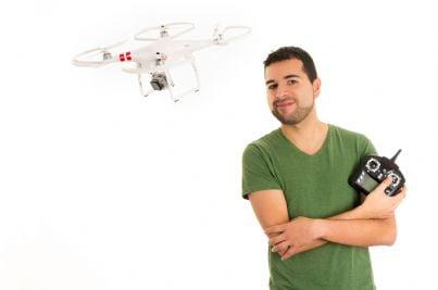 uomo con un drone