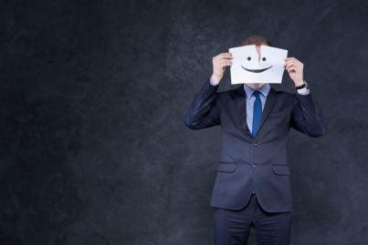 uomo con maschera d carta concetto finzione equivoco