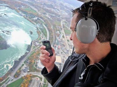 uomo scatta foto da elicottero