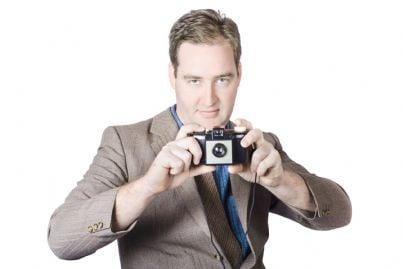 uomo con macchina fotografica