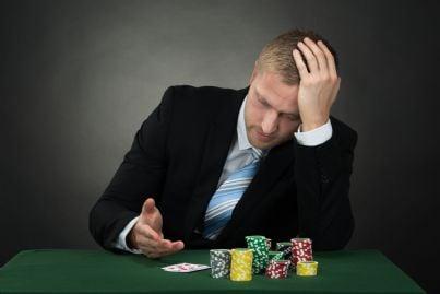 uomo perde al gioco