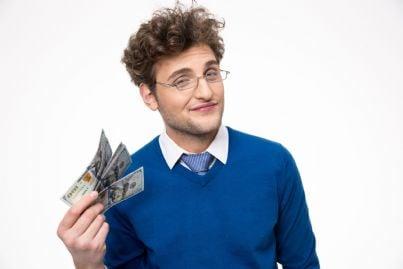 giovane uomo con soldi in mano
