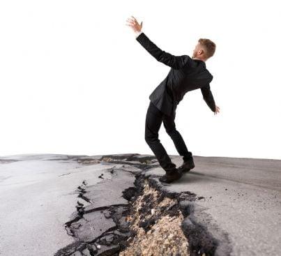 uomo giovane che cade nella buca in strada