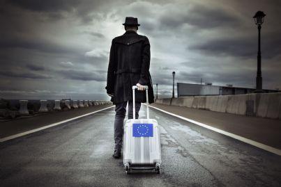 giovane uomo con valigia con simbolo Europa sta emigrando per lavoro
