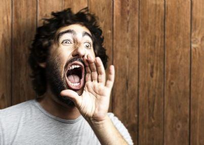 uomo che grida