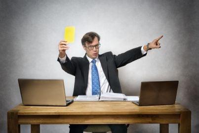 uomo mostra cartellino giallo