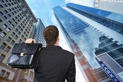 uomo di affari che guarda i grattacieli