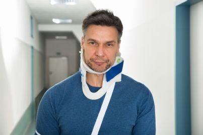 uomo con collare cervicale a seguito incidente