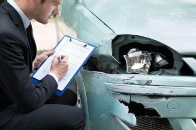 uomo controlla incidente auto compilando cid