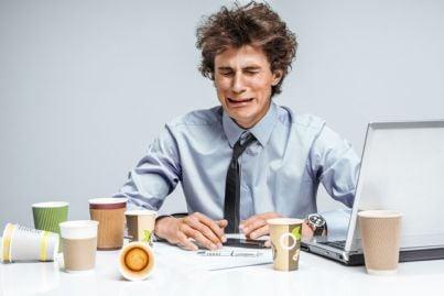 uomo depresso davanti al computer al lavoro