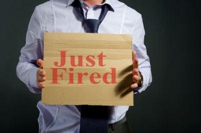 uomo tiene cartello con su scritto licenziato